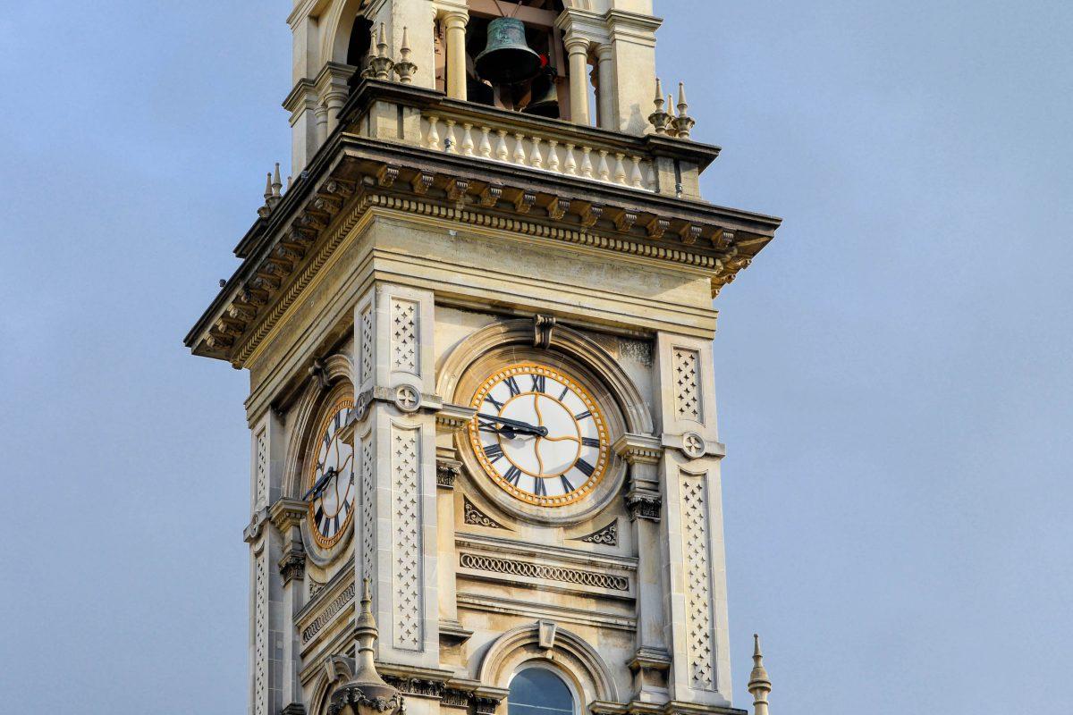 Die neugotischen Uhrtürme und Spitztürme an Kirchen und öffentlichen Gebäuden von Dunedin, Neuseeland, erinnern noch heute deutlich an Schottland - © FRASHO / franks-travelbox
