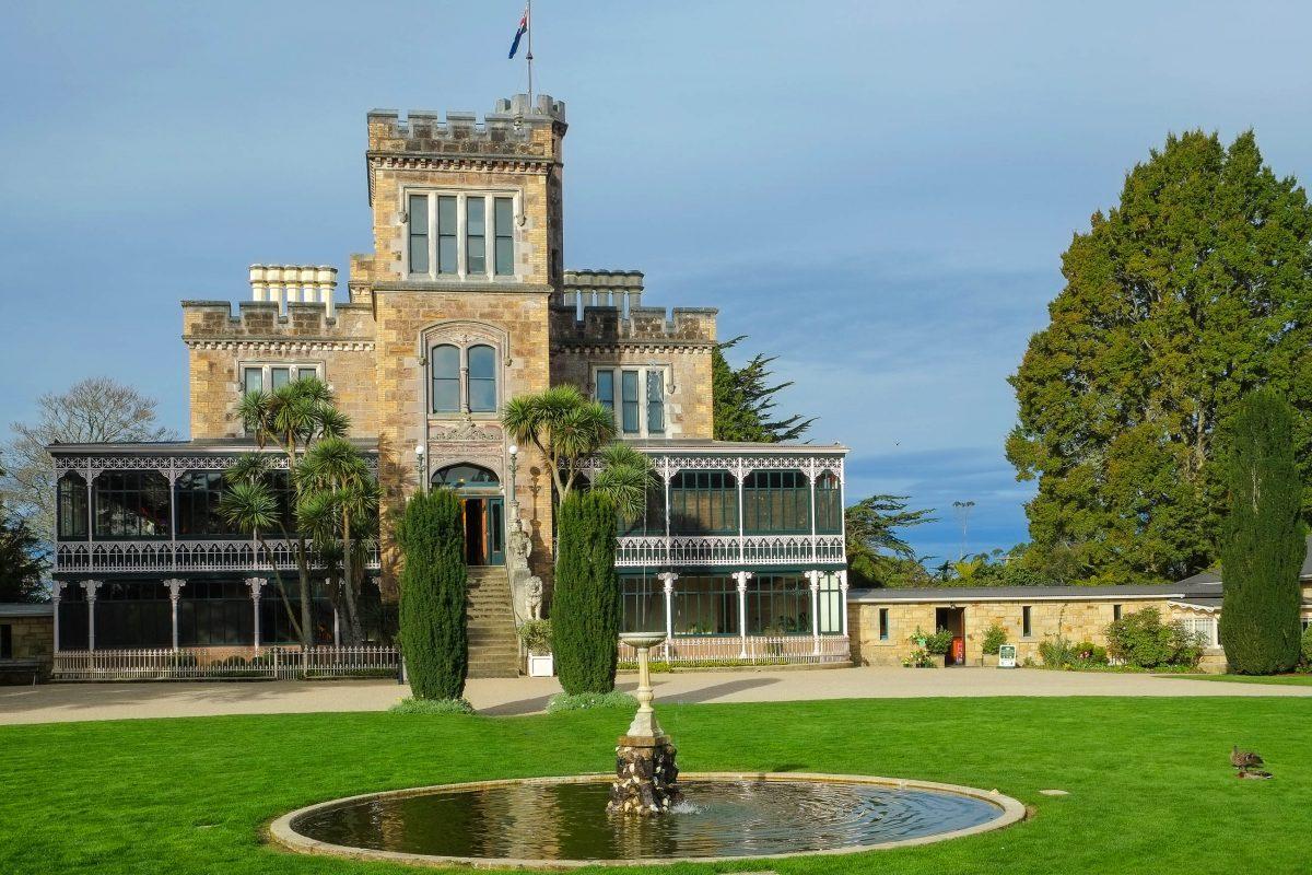 Larnach Castle in der Nähe von Dunedin wird oft als schönstes Privathaus und einziges Schloss Neuseelands bezeichnet - © Pseudopanax PD/Wiki