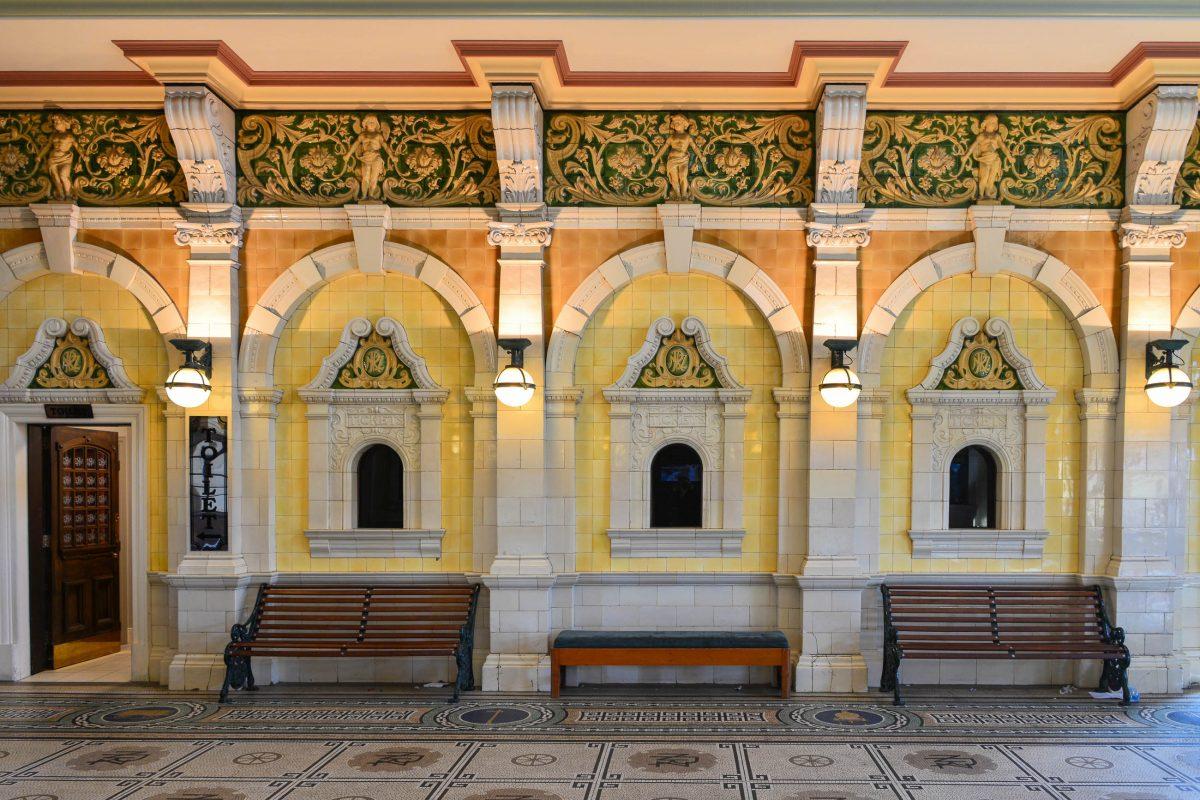 Mit Stuckverzierungen, vergoldeten Ornamenten und kunstvollen Bodenfliesen erinnert der Bahnhof von Dunedin an ein Museum, Neuseeland - © FRASHO / franks-travelbox