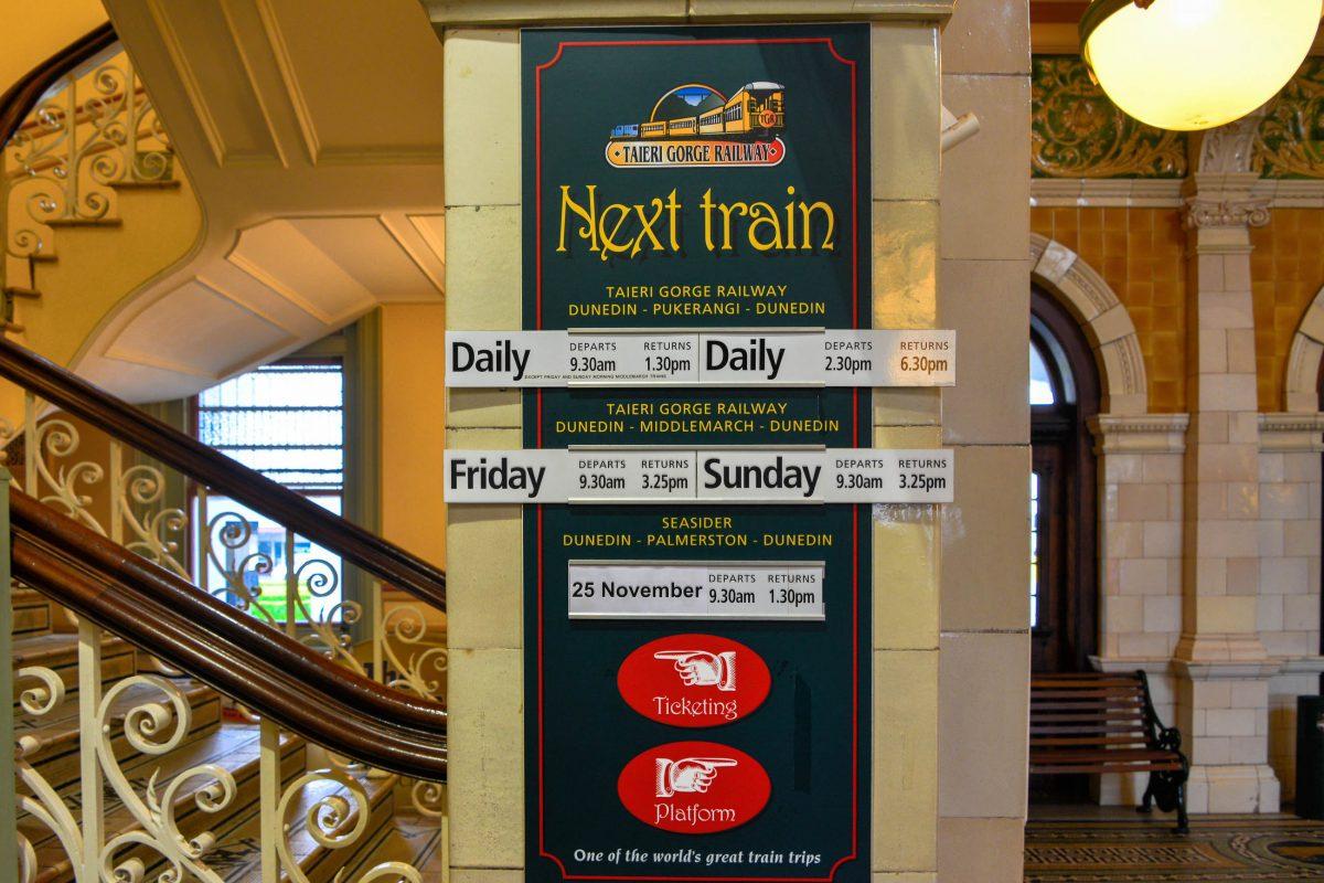 Vom Bahnhof von Dunedin laufen auch heute noch Züge zur atemberaubenden Taieri Schlucht aus, Neuseeland - © FRASHO / franks-travelbox