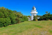 Ein schneeweißer Leuchtturm markiert den Katiki Point auf der Südinsel von Neuseeland - © FRASHO / franks-travelbox