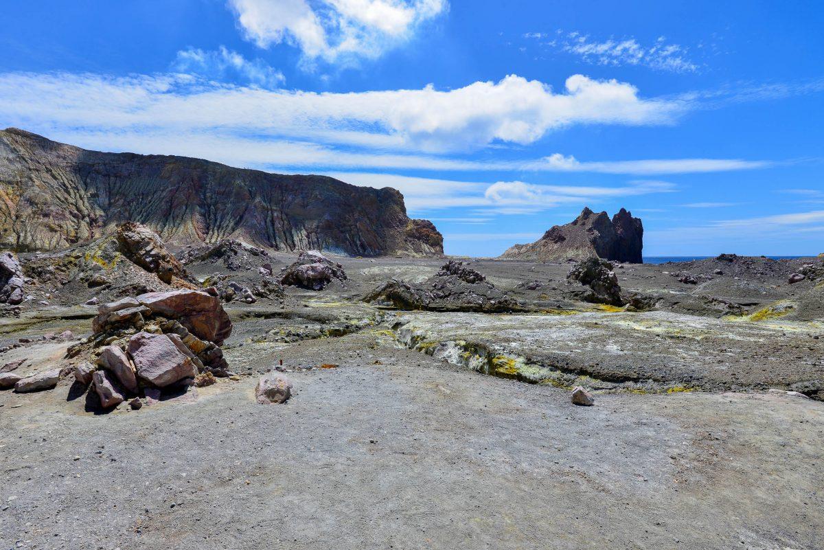 Ein Spaziergang über die 2km breite, fast kreisrunde und völlig kahle White Island lässt unweigerlich an die Oberflächen von Mond oder Mars denken, Neuseeland - © FRASHO / franks-travelbox