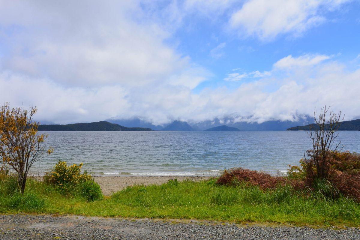 Entlang des 157km langen Ufers des Lake Manapouri wird der üppige Regenwald von mehreren einsamen Buchten unterbrochen, Neuseeland - © FRASHO / franks-travelbox