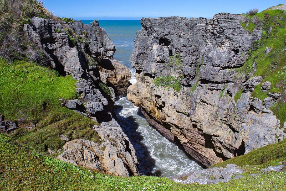 Es führt ein ausgebauter Rundweg, der Pancake Rocks Walk, durch die spektakuläre Gesteinslandschaft der Pancake Rocks, Neuseeland - © ezk / franks-travelbox