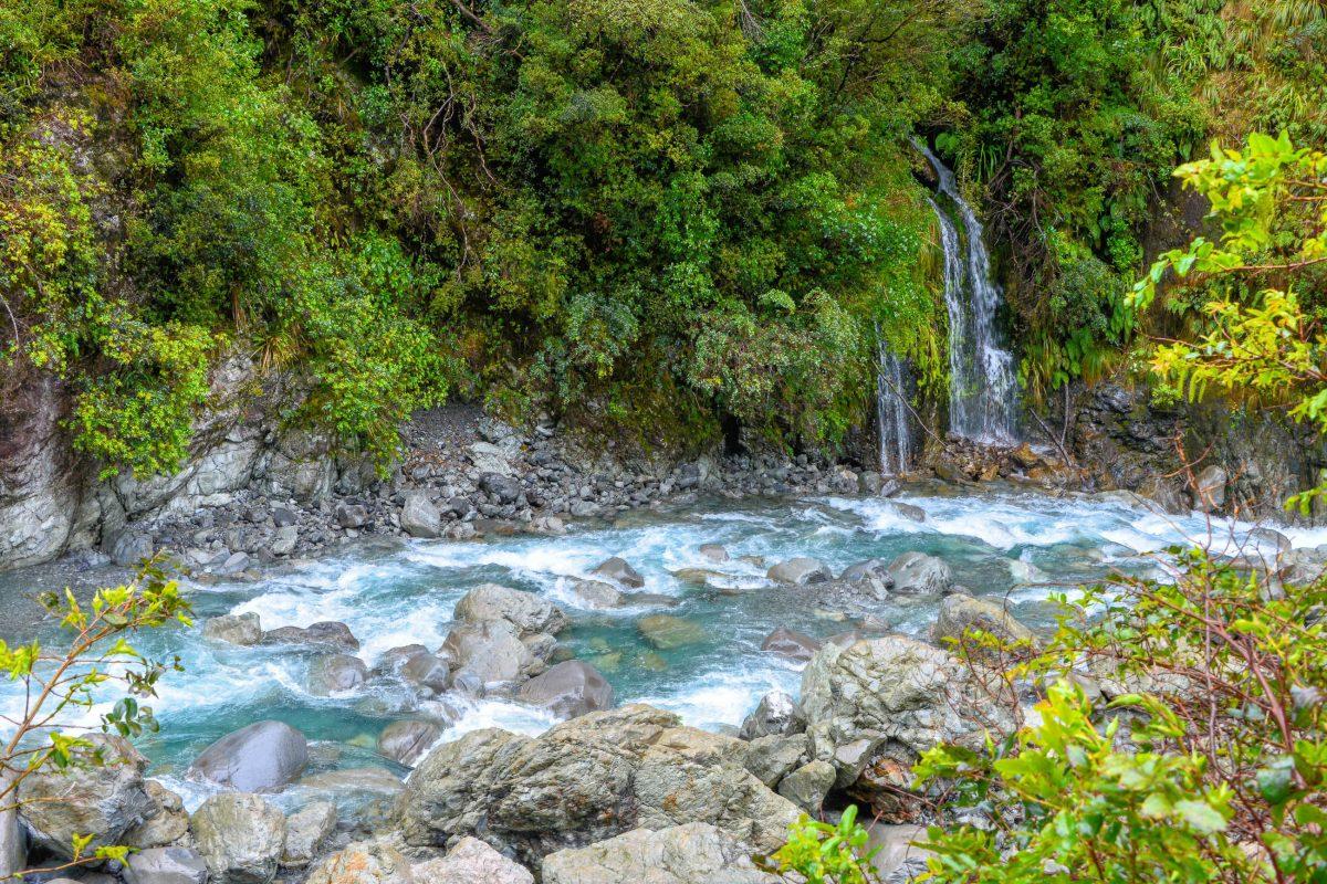 Idyllischer Bachlauf mit glasklarem Wasser am Great Alpine Highway auf der Südinsel von Neuseeland - © FRASHO / franks-travelbox
