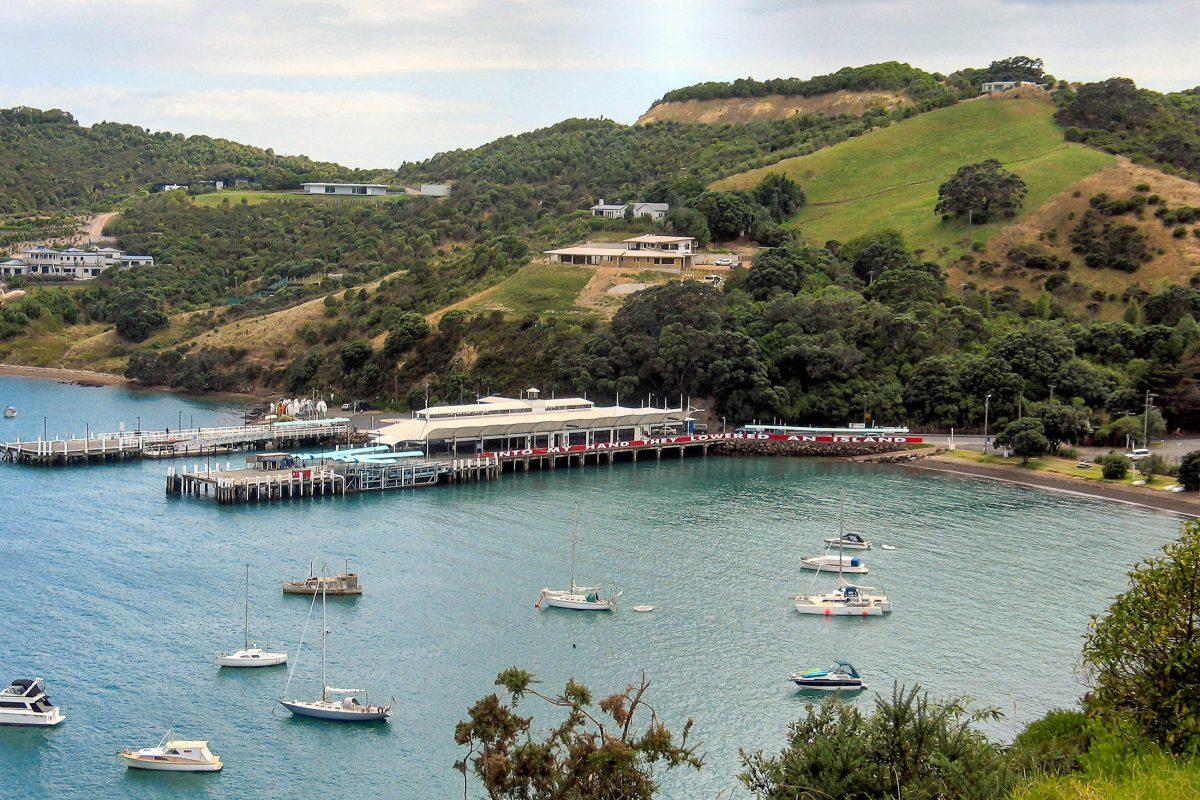 In Matiatia am westlichen Ende der idyllischen Insel Waiheke legen die Fähren von Auckland an, Neuseeland - © Gadfium PD/Wiki
