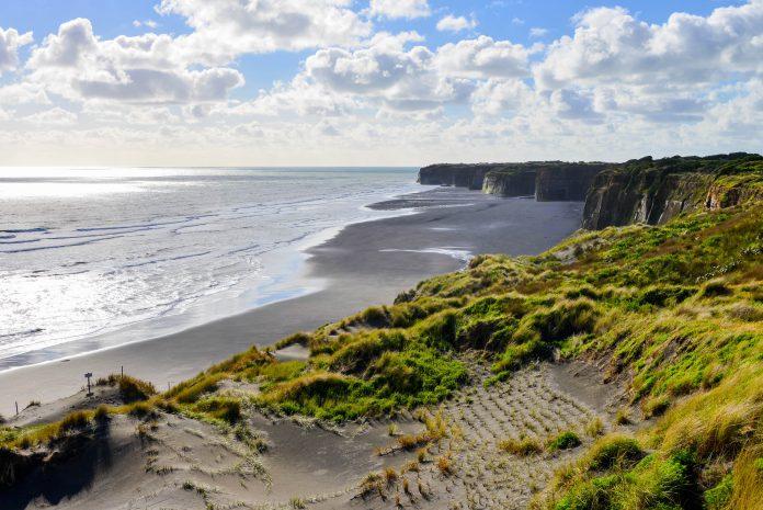 In Patea auf der Nordinsel Neuseelands halten Touristen vor allem wegen der spektakulären Küstenlandschaft, die nahezu senkrecht in den Pazifik abfällt - © FRASHO / franks-travelbox