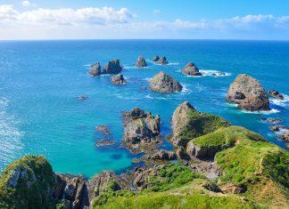 Der Nugget Point auf der Südinsel von Neuseeland hat seinen Namen von den Nuggets, jenen Felsen, die vor dem Kap aus dem Meer ragen - © FRASHO / franks-travelbox