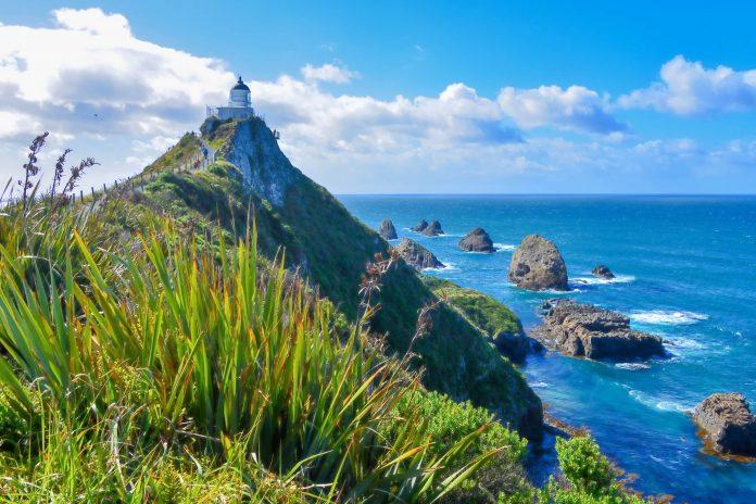 Der Nugget Point ist mit tiefblauem Meer, wie zufällig verstreuten Mini-Inseln und einem schneeweißen Leuchtturm das Postkartenmotiv par excellence, Neuseeland - © FRASHO / franks-travelbox