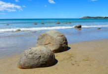 Die Moeraki Boulders liegen wie riesige Murmeln über den Koekohe Strand auf der Südinsel Neuseelands verstreut - © FRASHO / franks-travelbox