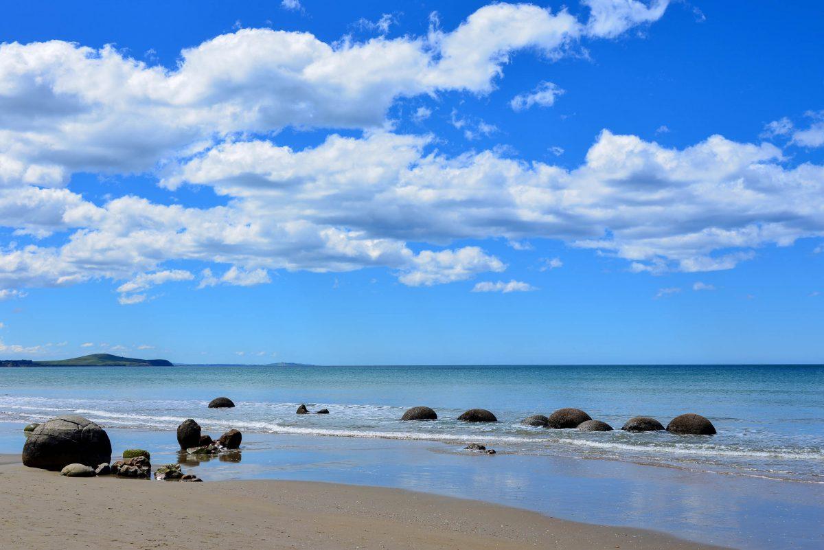 Die Moeraki Boulders sorgen für außergewöhnliche Urlaubsfotos und dienen für romantische Strandspaziergänge als einmalige Kulisse, Neuseeland - © FRASHO / franks-travelbox