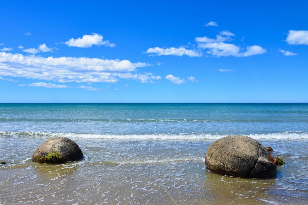 Die Moeraki Boulders wurden vor zig Millionen von Jahren aus uralten Sedimenten am Meeresgrund geformt, Neuseeland - © FRASHO / franks-travelbox