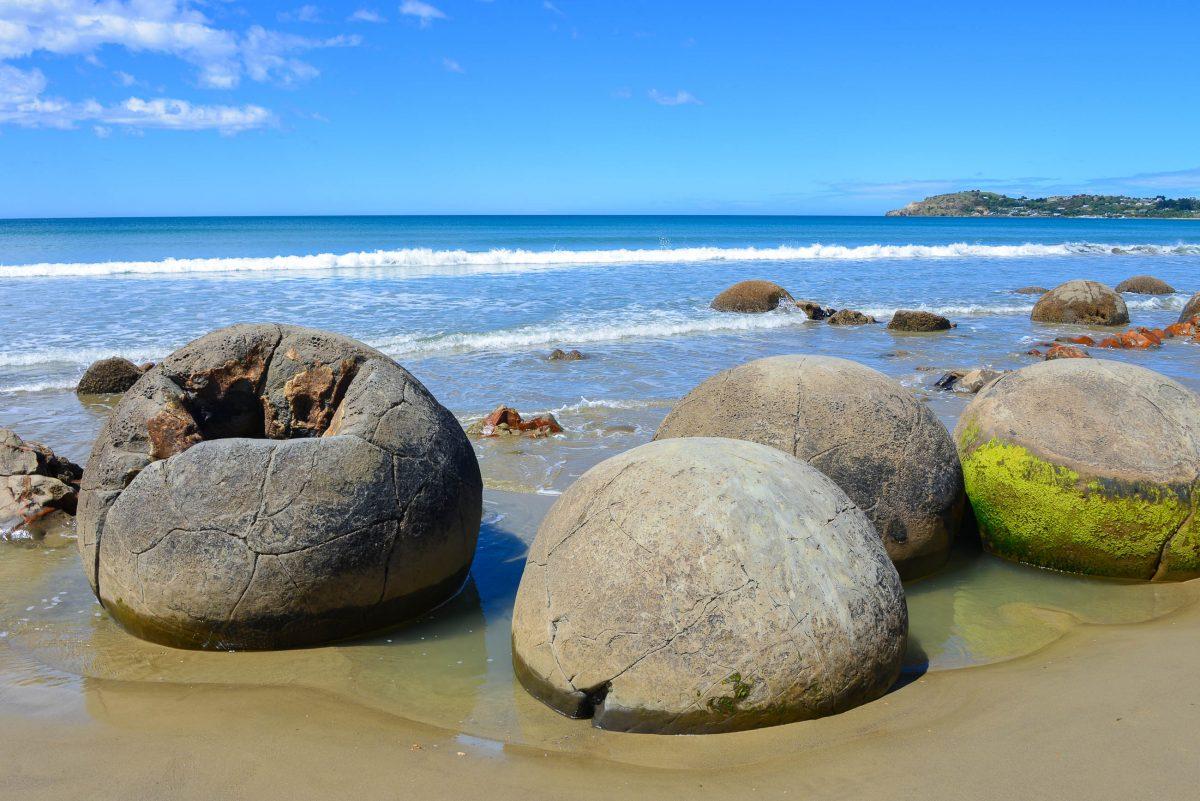 Sind die Moeraki Boulders zerbrochen, wurde ihr weicheres Innenleben regelrecht ausgewaschen, Neuseeland - © FRASHO / franks-travelbox