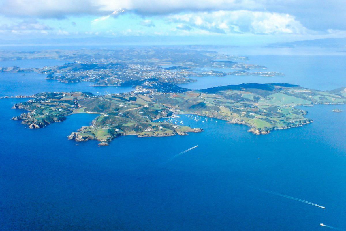 Luftaufnahme der Insel Waiheke in der Bucht vor Küste von Auckland, Neuseeland - © Ingolfson PD/Wiki
