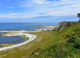 Mit grünen Hügeln, schroffen Steilküsten und saphirblauem Pazifik präsentiert sich Neuseealand vom Kaikoura Peninsula Walkway von seiner schönsten Seite - © FRASHO / franks-travelbox
