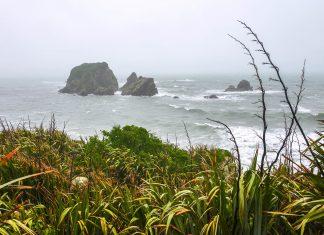 Mit regnerischem Wetter und stürmischer See macht Cape Foulwind an der Westküste von Neuseelands Südinsel auch heute noch seinem Namen alle Ehre - © FRASHO / franks-travelbox