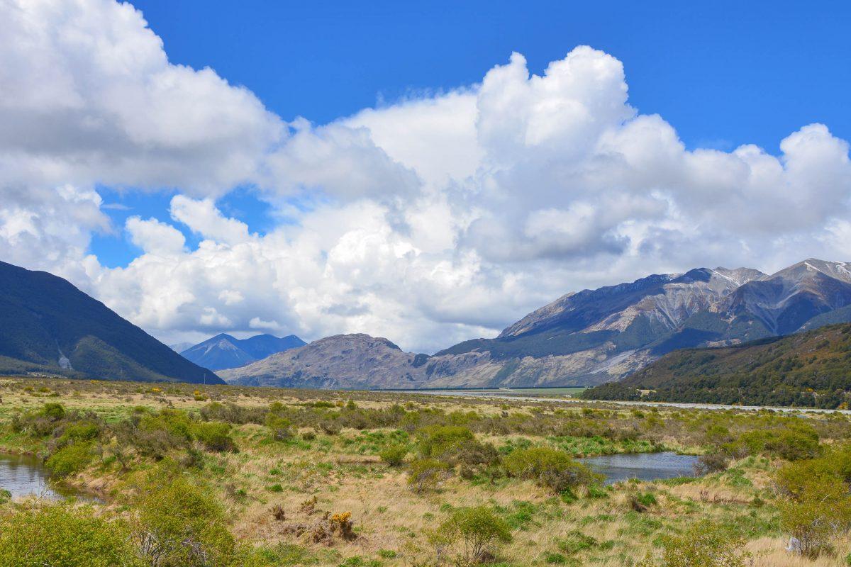 Nackte Bergflanken und tief eingeschnittene Täler prägen das Landschaftsbild am Great Alpine Highway auf der Südinsel von Neuseeland - © FRASHO / franks-travelbox