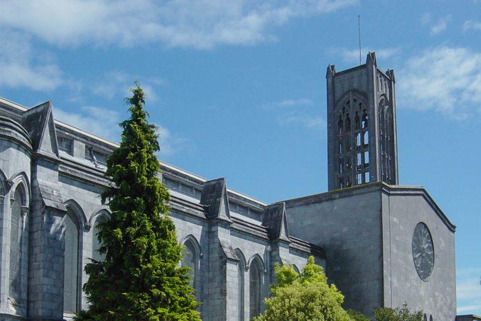 Die anglikanische Christ Church Cathedral in Nelson zieht mit ihrer ausladenden Freitreppe und ihrem 35m hohen Turm alle Blicke auf sich, Neuseeland - © James Gallagher CC BY-SA2.0/Wiki