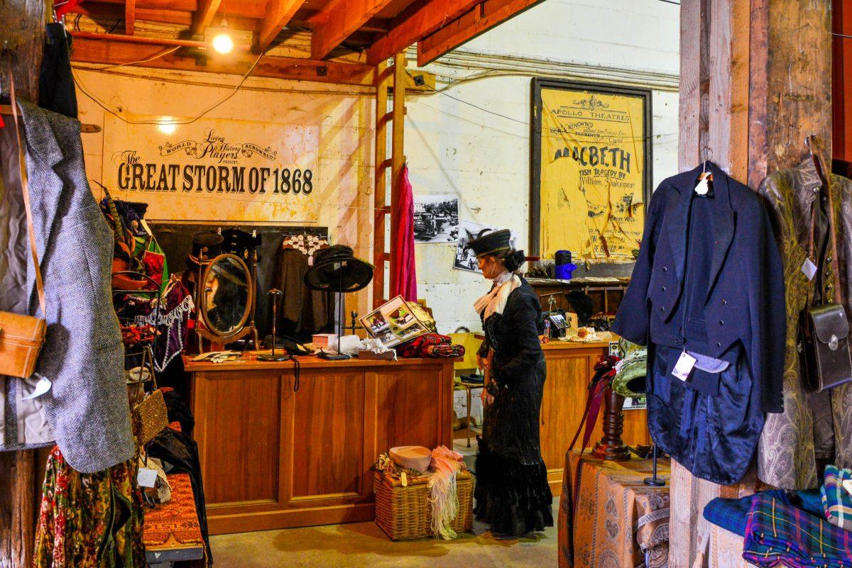 Souvenirshops verkaufen an den Victorian Heritage Celebrations in Oamaru, Neuseeland, nostalgische Schilder, hochgeschlossene Kleider und pompös geschmückte Hüte - © FRASHO / franks-travelbox