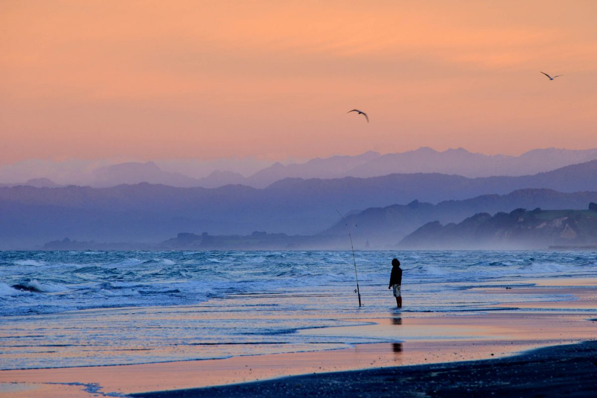 Das Westende von Ohope Beach ist ein beliebter Surf Spot, der im neuseeländischen Sommer und zur Weihnachtszeit besonders gut besucht ist - © FRASHO / franks-travelbox