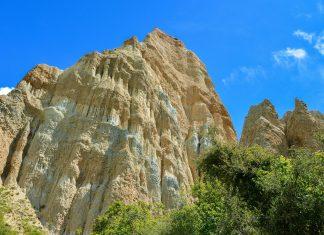 Die eindrucksvollen Klippen im Omarama Clay Cliffs Scenic Reserve wurden einst von Gletschern aufgetürmt, Neuseeland - © FRASHO / franks-travelbox