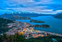 """Blick auf Queenstown auf der Südinsel von Neuseeland mit den schneebedeckten Gipfeln der """"Remarkables"""" im Hintergrund - © Lawrence Murray Lizenz: CC BY2.0/Wiki"""