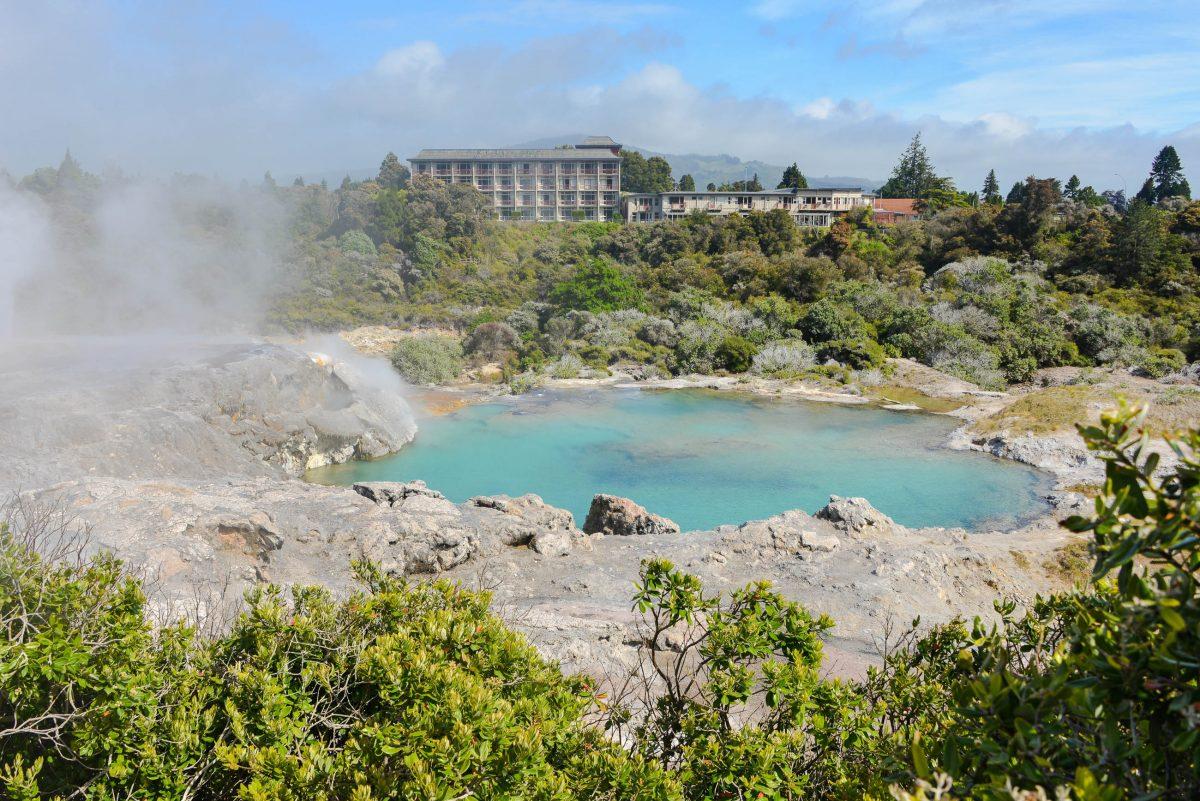 Der Te Horu Geysir von Te Puia ist seit 1972 nicht mehr ausgebrochen und präsentiert sich heute als saphirblauer Teich, Neuseeland - © FRASHO / franks-travelbox