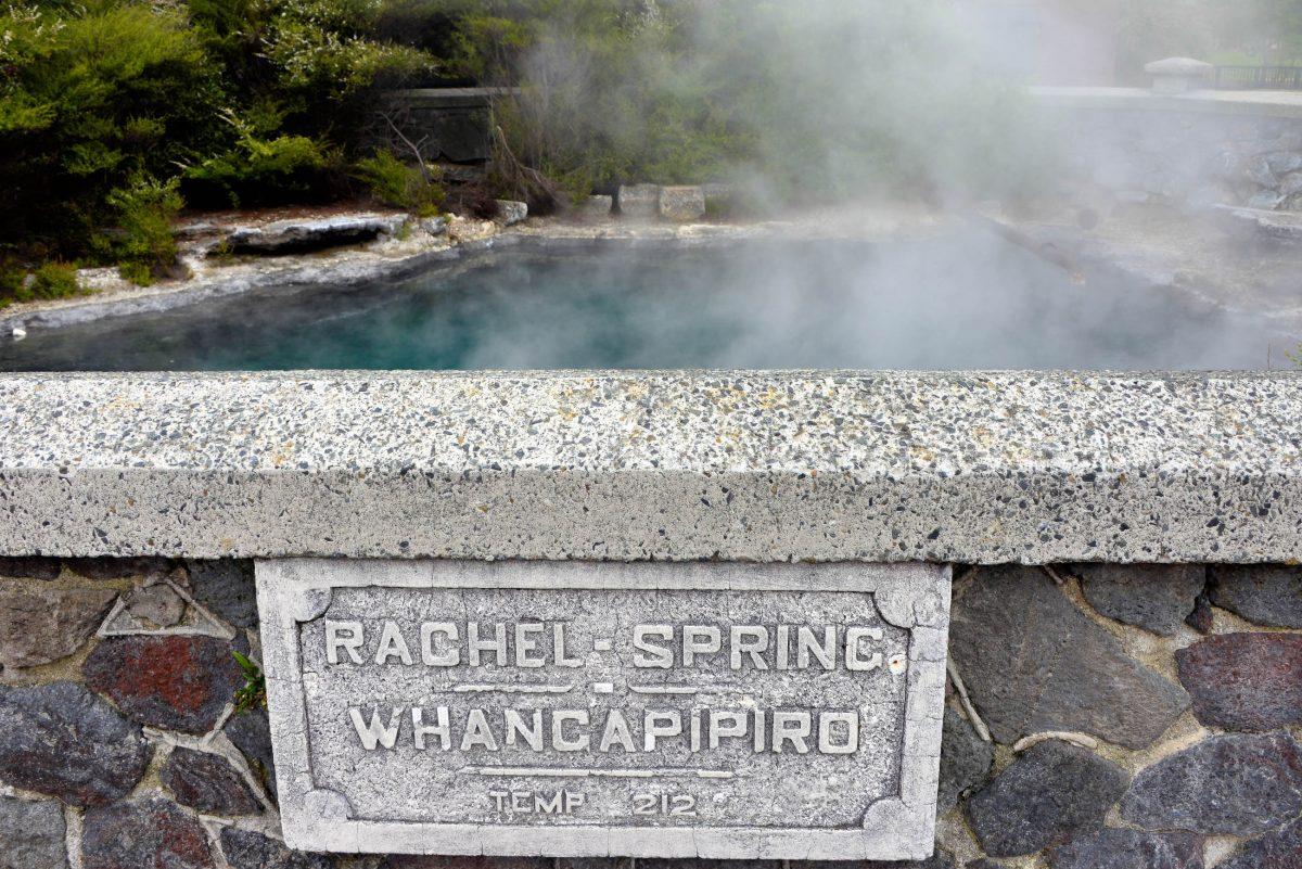 Die Nähe zu den geothermalen Besonderheiten der Nordinsel Neuseelands macht sich in Rotorua durch einen ständigen Geruch nach Schwefel bemerkbar - © FRASHO / franks-travelbox