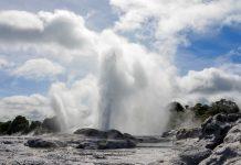 Die Te Puia Thermalzone ist rund 500 Geysiren und heißen Quellen die berühmteste Geothermalzone Neuseelands - © FRASHO / franks-travelbox
