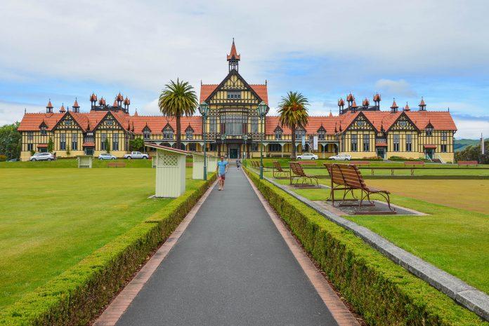 Ins schmucke Rotorua kommen Touristen vor allem wegen seiner Nähe zu Neuseelands berühmter Geothermal-Zone Whakarewarewa - © FRASHO / franks-travelbox