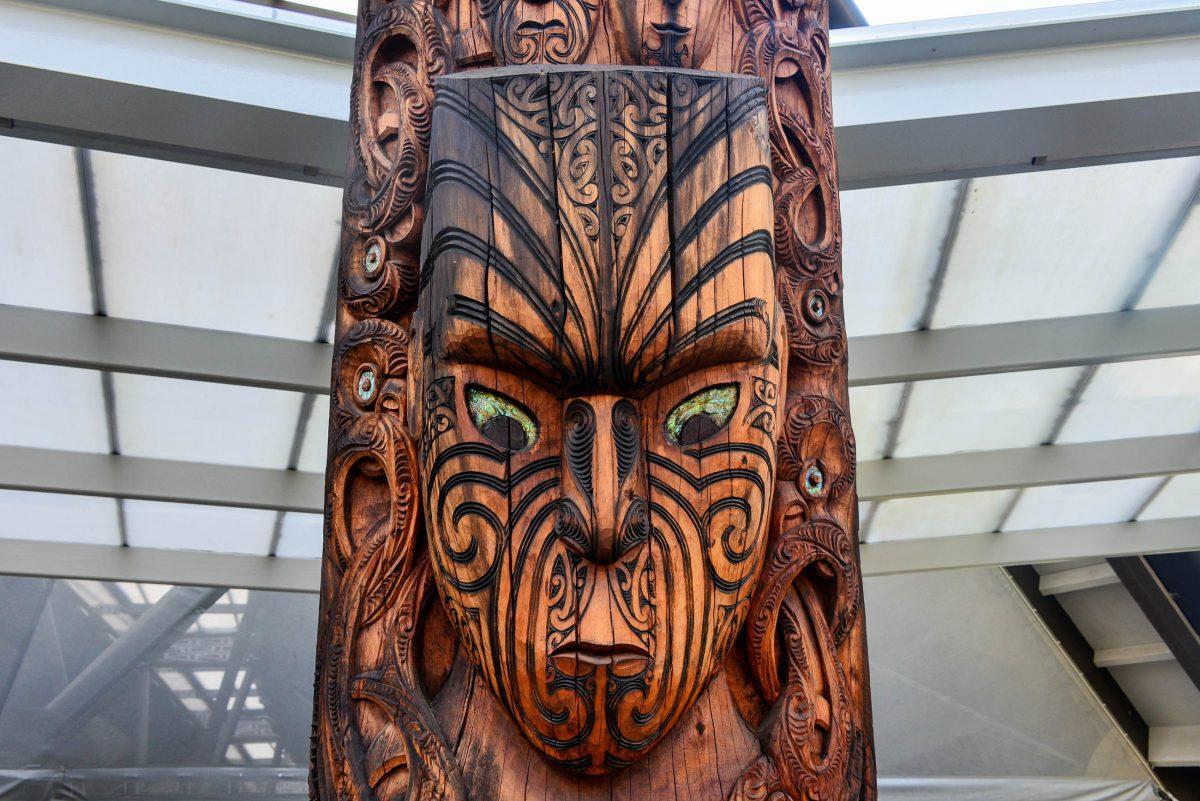 Neben Holzschnitzerei wird im New Zealand Maori Arts and Crafts Institute in der Te Puia Thermalzone, Neuseeland, auch die Bearbeitung von Stein und Knochen gelehrt - © FRASHO / franks-travelbox