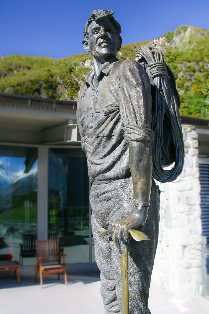 Statue von Sir Edmund Hillary im gleichnamigen Alpine Center; das Museum erläuterte die Hintergründe der neuseeländischen Alpen - © ezk / franks-travelbox