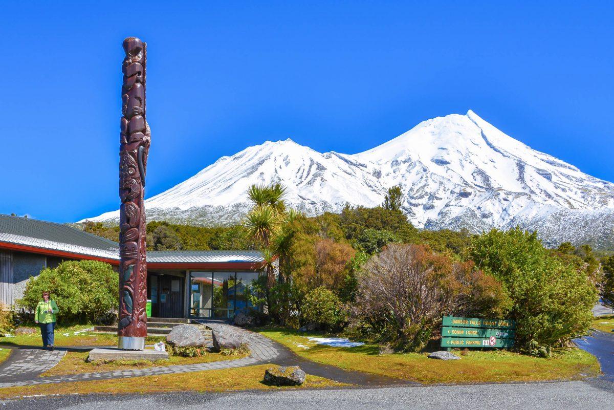 Südlich des Hauptgipfels des Mount Taranaki befindet sich ein zweiter Vulkankegel, der Fanthams Peak, der lediglich eine Höhe von 1.966 Metern erreicht, Neuseeland - © FRASHO / franks-travelbox