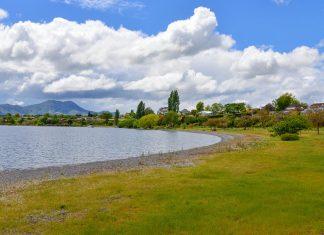 Der Lake Taupo bietet Urlaubsflair und Wassersport auf einem gewaltigen Kratersee auf der Nordinsel Neuseelands - © FRASHO / franks-travelbox