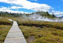 Ein Abweichen von den markierten Pfaden kann in der hitzigen Umgebung der Craters of the Moon lebensgefährlich sein, Neuseeland - © FRASHO / franks-travelbox