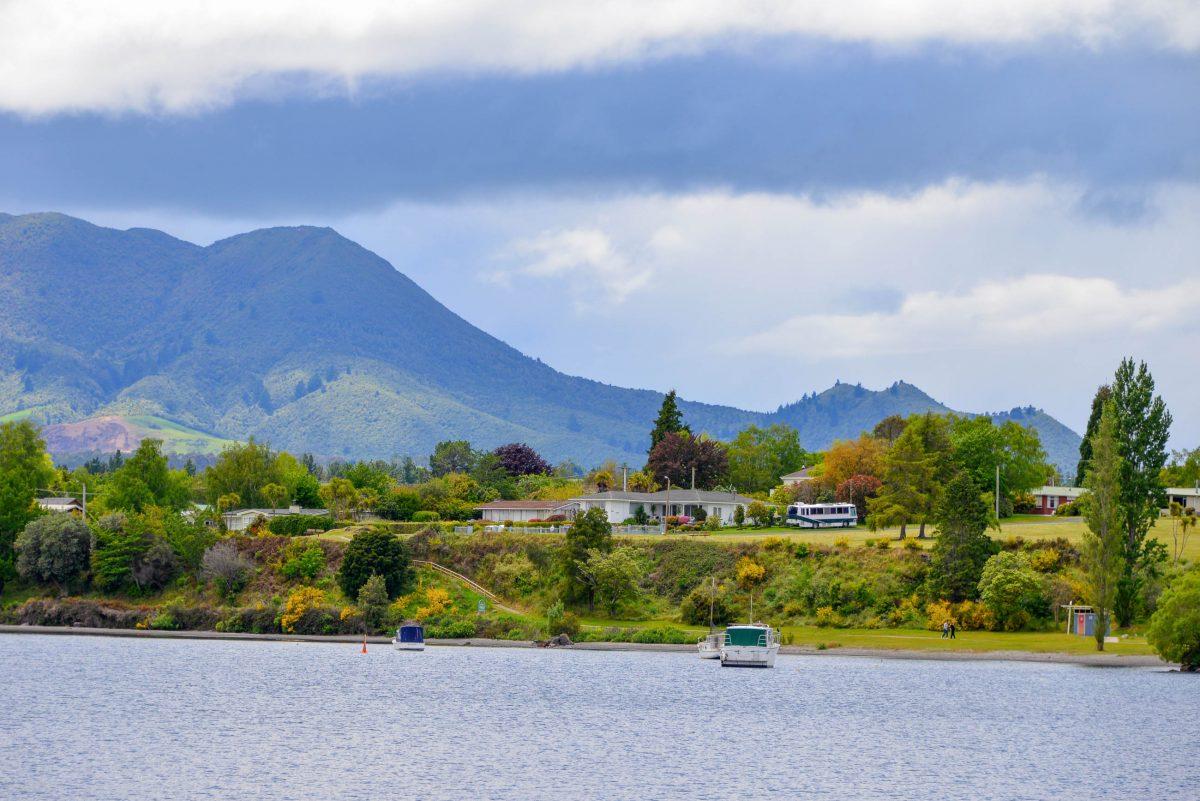 Vor der Kulisse eindrucksvoller Vulkangipfel lässt es sich am Lake Taupo in Neuseeland einen entspannten Tag am See genießen - © FRASHO / franks-travelbox
