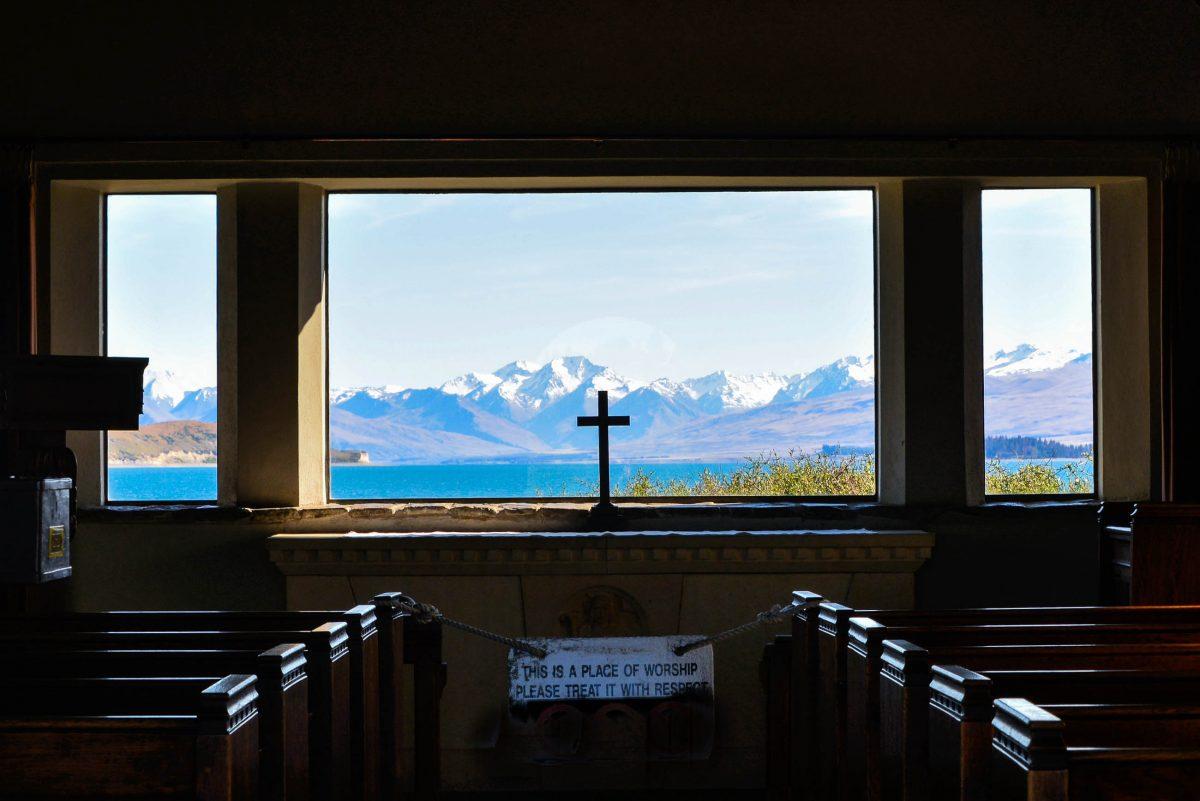Anstatt eines Altarbildes umrahmt in der Church of the Good Shepherd ein riesiges Fenster die fantastische Aussicht auf den Lake Tekapo, Neuseeland - © FRASHO / franks-travelbox
