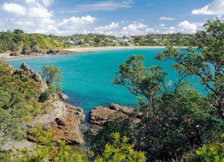 Waiheke, die Wein-Insel Neuseelands vor der Küste von Auckland, ist ein Ferienparadies für Neuseeländer und Touristen gleichermaßen - © Acp~commonswiki CC BY-SA3.0/Wiki