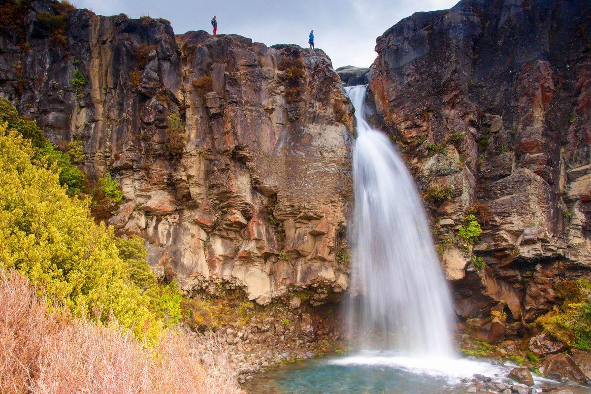 "Wasserfall am 17km langen Weg ""Tongariro Alpine Crossing"" durch den Tongariro Nationalpark, Neuseeland - © Bjorn Stefanson / Shutterstock"