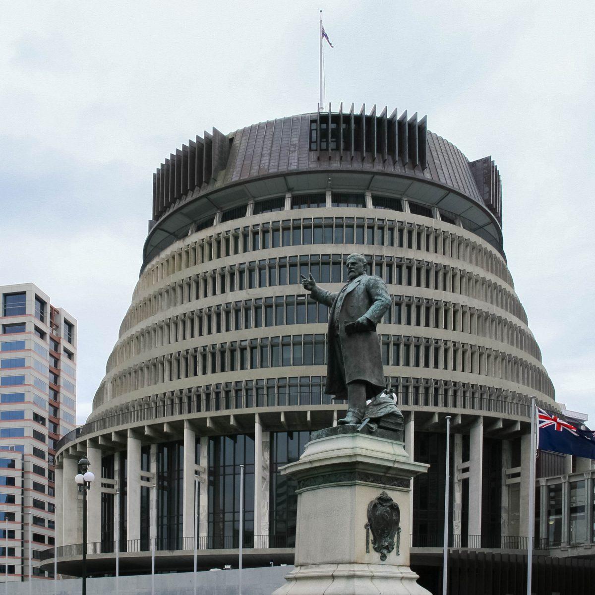 """Der 72 Meter hohe Regierungsbau """"Beehive"""" (""""Bienenkorb"""") wurde bereits 1977 nach nur 13 Jahre Bauzeit eröffnet, Wellington, Neuseeland - © ezk / franks-travelbox"""