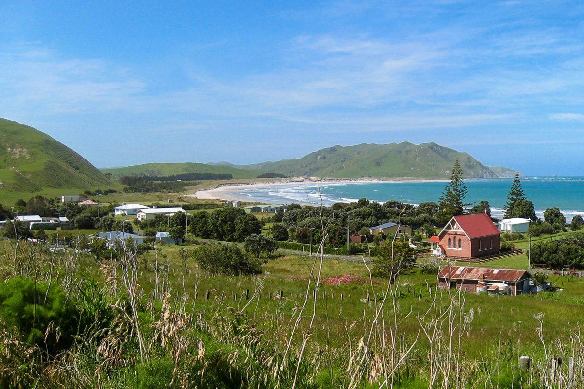 """Die kleine Ortschaft Whangara auf der Nordinsel Neuseelands ist vor allem als Filmkulisse und Drehort des Films """"Whale Rider"""" bekannt - © Avenue CC BY-SA3.0/Wiki"""