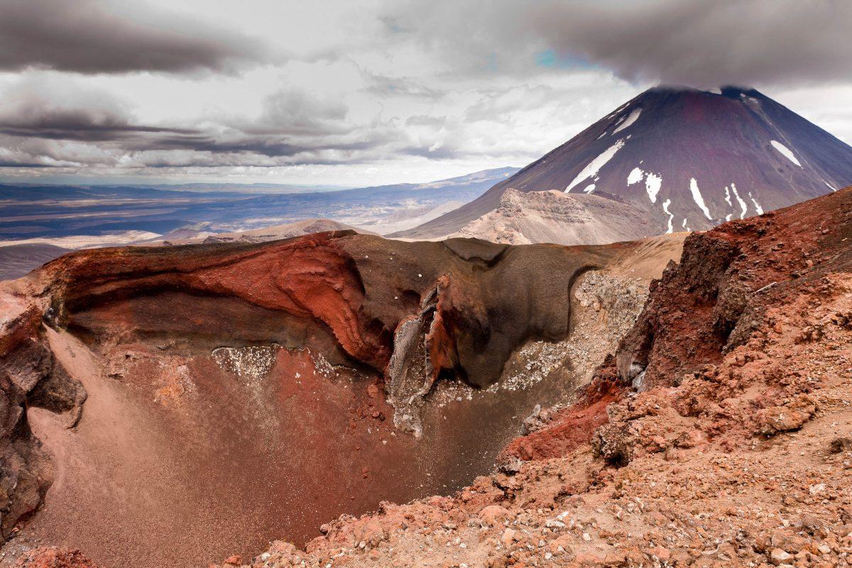 Zwischen den mächtigen Gipfeln des Mount Ngauruhoe und des Mount Tongariro befindet sich der berühmte Red Crater, Neuseeland - © Pi-Lens / Shutterstock