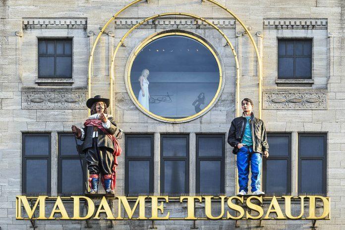 Madame Tussauds ist ein weltweit bekanntes Wachsfigurenkabinett, in dem berühmte Persönlichkeiten mit viel Liebe zum Detail nachgebildet und ausgestellt sind, Amsterdam, Niederlande - © TonyV3112 / Shutterstock