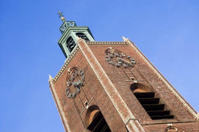 Der Kirchturm der Grote Kerk  oder auch St. Jakobus Kirche in der niederländischen Stadt Den Haag - © Maaike Boot / Shutterstock