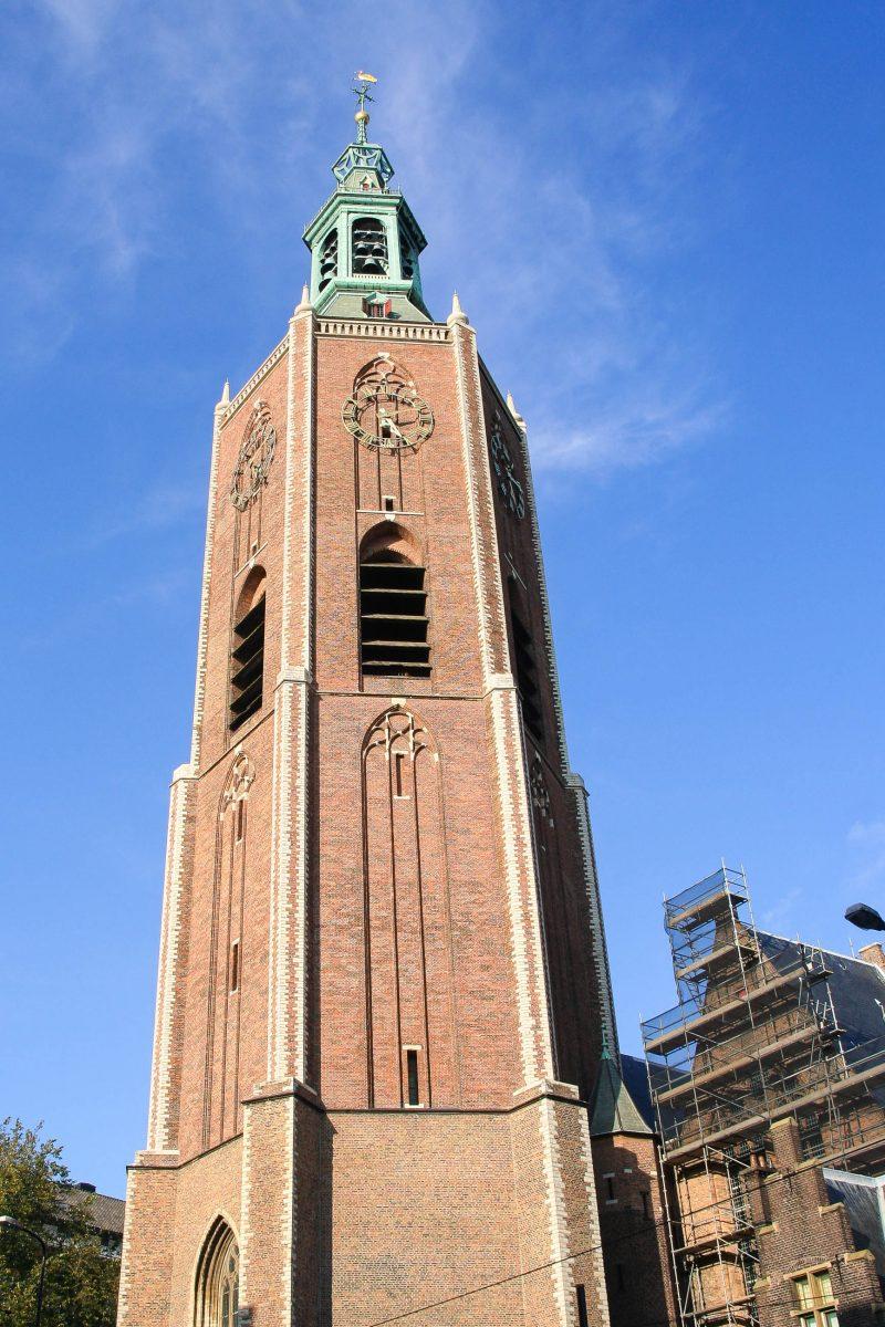 Der Kirchturm der Grote Kerk thront über 100m hoch über den Dächern Den Haags und fällt durch seinen einzigartigen sechseckigen Grundriss auf, Niederland - © jan kranendonk / Shutterstock