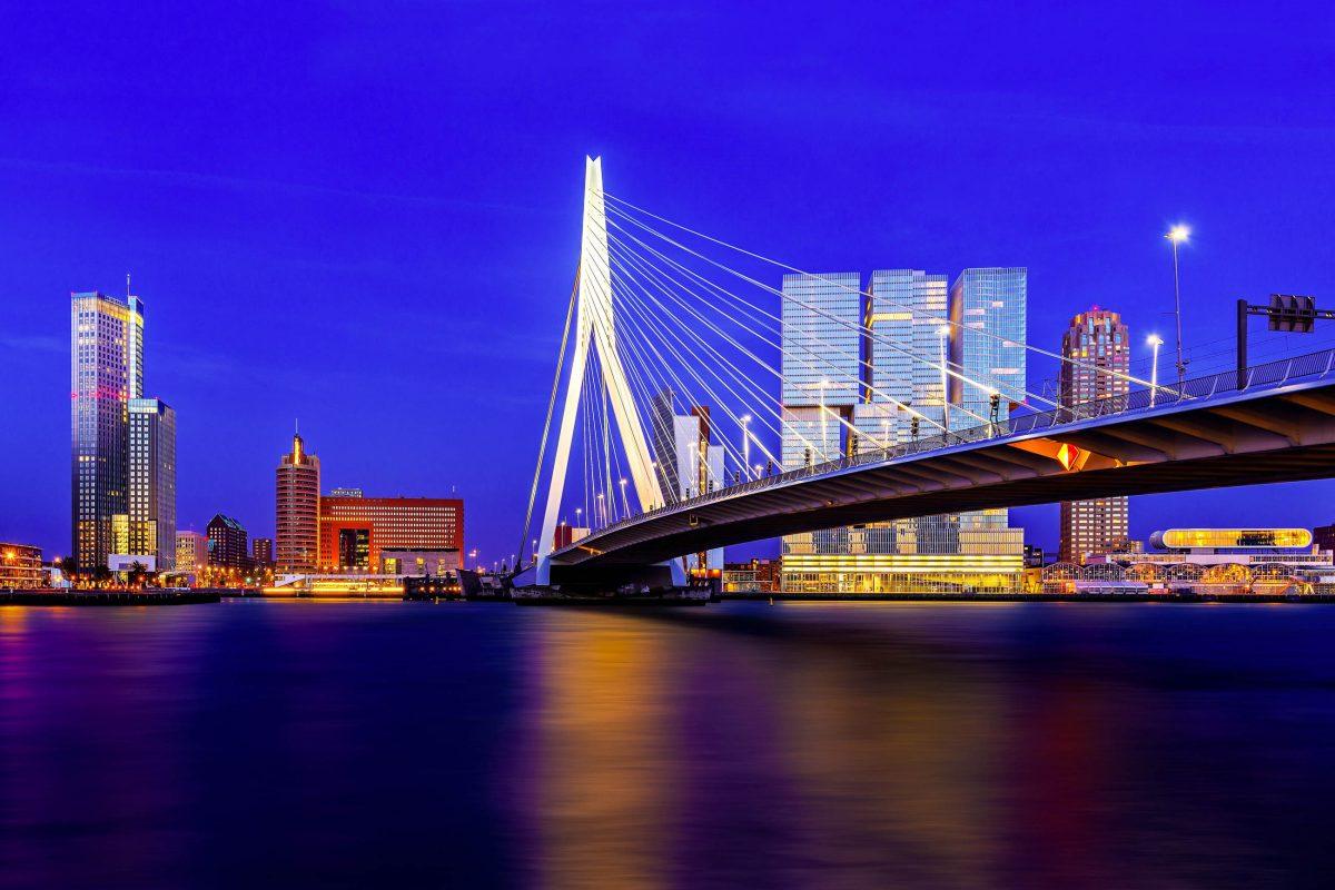 Die berühmte Erasmus-Brücke über dem Nieuwe Maas ist auch Teil des offiziellen Logos der Stadt Rotterdam, Niederlande - © mihaiulia / Shutterstock