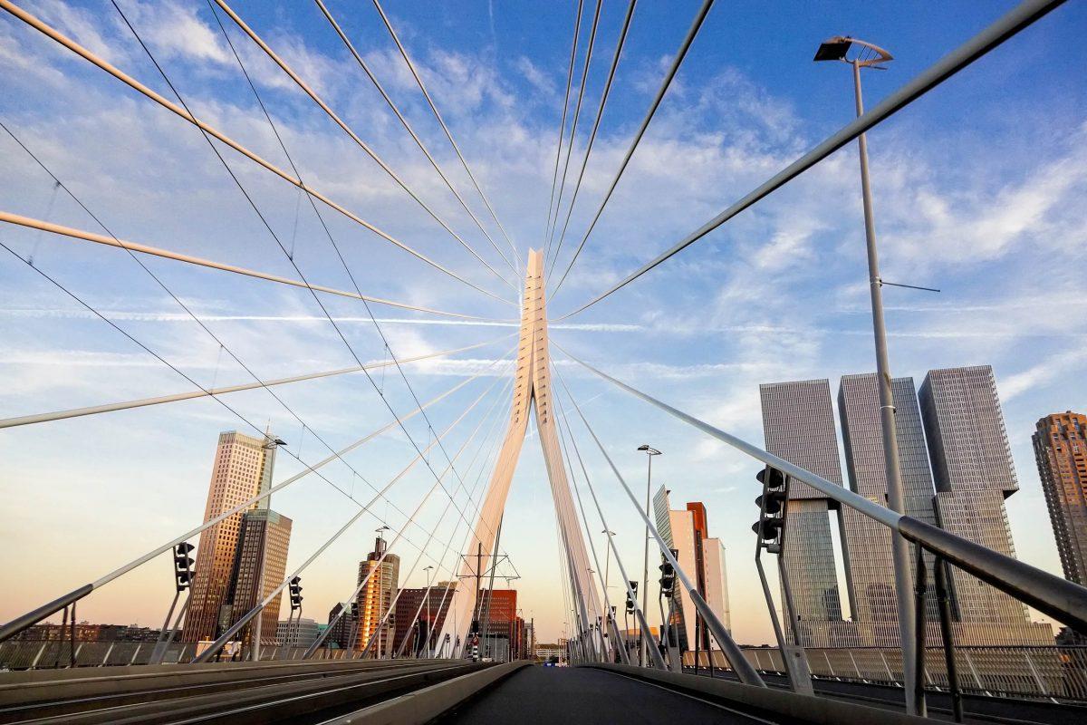 Die berühmte Erasmus-Brücke von Rotterdam verfügt über zwei Fußgängerwege, zwei Radwege, Straßenbahnschienen und zwei Autospuren, Niederlande - © Henryk Sadura / Shutterstock