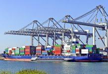 Ein Containerschiff im Hafen von Rotterdam, einem der bedeutendsten Logistikzentren Europas, Niederlande - © Gerard Koudenburg / Fotolia