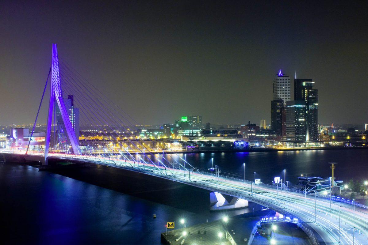In der Nacht ist die Rotterdamer Erasmus-Brücke in spektakulären Farben beleuchtet und noch prächtiger anzusehen als bei Tageslicht, Niederlande - © Corepics VOF / Shutterstock