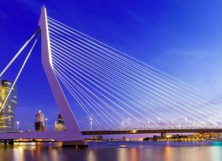 Mit einer Gesamtlänge von über 800m und einer Höhe von knapp 140m ist die Erasmus-Brücke von Rotterdam nicht zu übersehen, Niederlande - © mihaiulia / Shutterstock